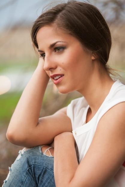 カジュアルな屋外で美しい白人女性 無料写真
