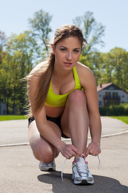 Красивая женщина в фитнес носить галстуки шнурки Бесплатные Фотографии