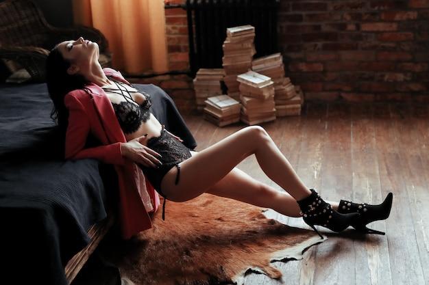 ランジェリーのセクシーな若い女性 無料写真