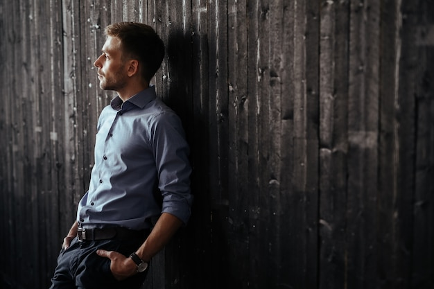 Молодой красивый бизнесмен позирует в помещении Бесплатные Фотографии
