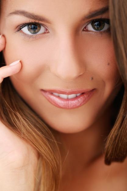 Женщина касается ее лица Бесплатные Фотографии