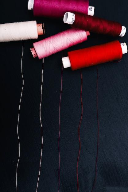 Швейный набор с хлопковыми нитками. вид сверху Бесплатные Фотографии