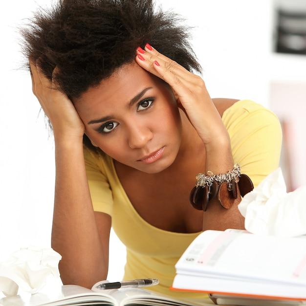 Бразильская женщина со стрессом или головной болью Бесплатные Фотографии