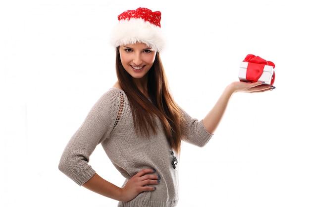 サンタの帽子とクリスマスのギフトボックスを持つ女性 無料写真