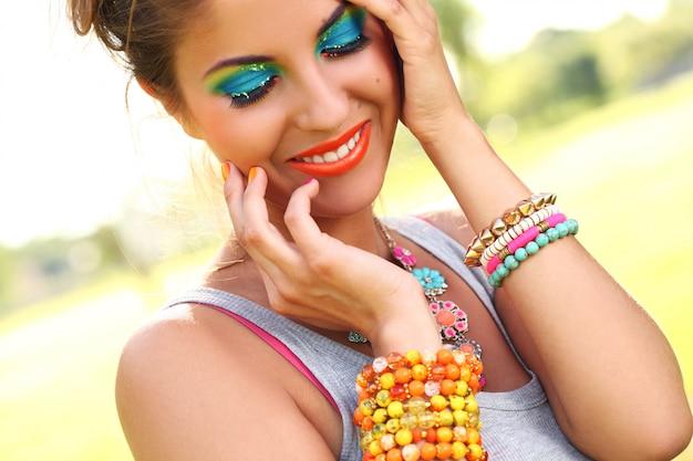 芸術的な化粧品で美しい女性 無料写真