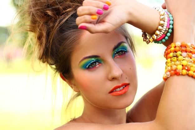 Красивая женщина с художественным макияжем Бесплатные Фотографии