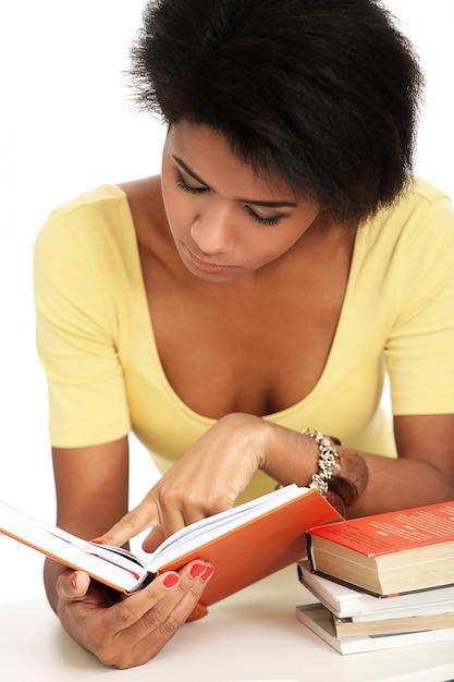 本を読んで若いブラジル人女性 無料写真