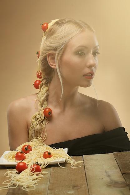 彼女の髪にトマトとスパゲッティの女性 無料写真