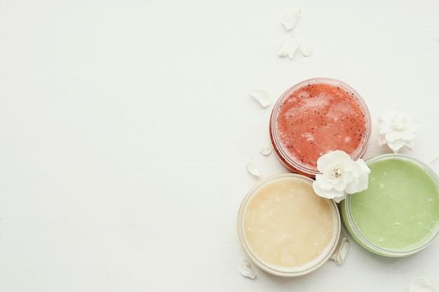 Косметологический натуральный продукт с цветами Бесплатные Фотографии