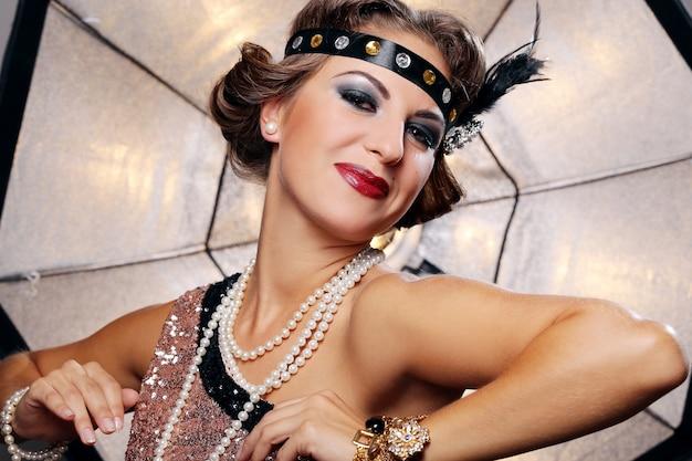 幸せな女、暗いメイクアップ、真珠 無料写真