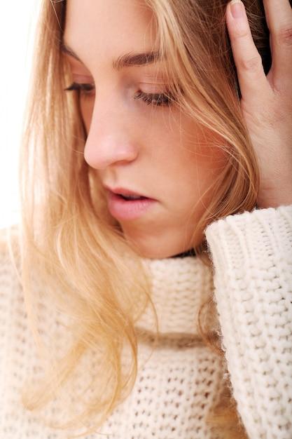 ニットのセーターで美しいブロンドの女の子 無料写真