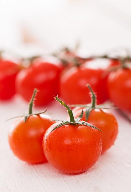 Свежие помидоры черри на белой поверхности Бесплатные Фотографии