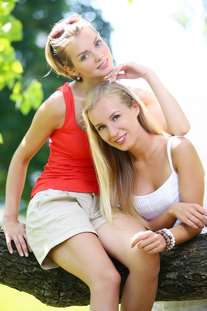 二人の女の子が公園で楽しんでいます。 無料写真