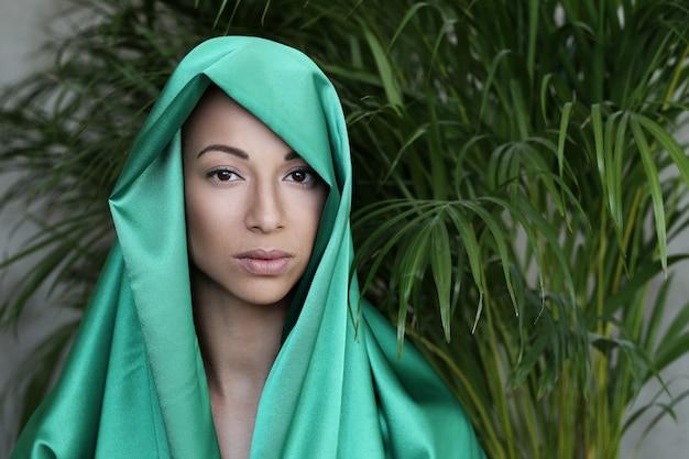 Красивая женщина с традиционным индийским костюмом Бесплатные Фотографии