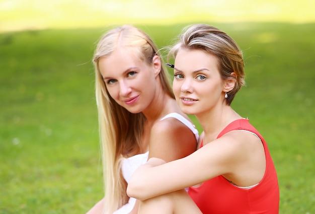 フィットネス女の子は公園でエクササイズ 無料写真