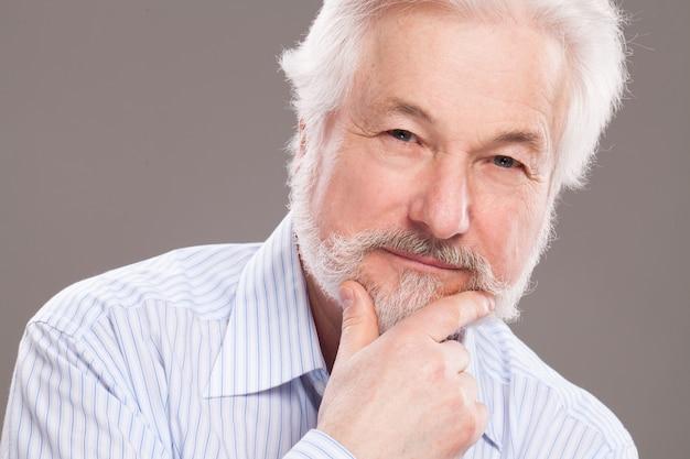 灰色のひげとハンサムな老人 無料写真