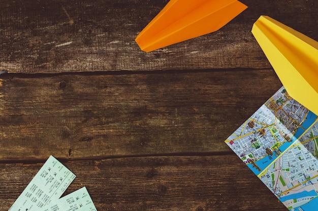 旅行の概念。木製の背景上のオブジェクト 無料写真