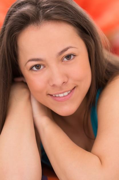 若い美しい女性の肖像画 無料写真