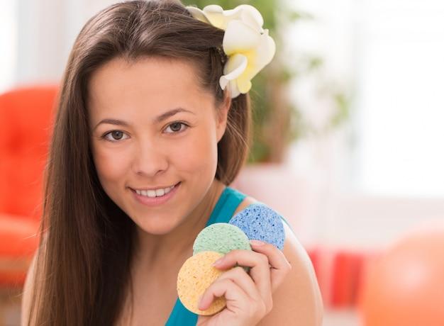 化粧品の枕を持つ若い女性 無料写真