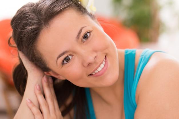 自宅で若い美しい女性 無料写真