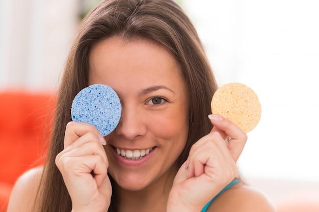 Молодая женщина с косметическими подушками Бесплатные Фотографии