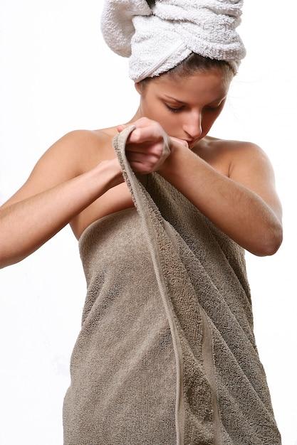 お風呂の後のタオルラップの女性モデル 無料写真
