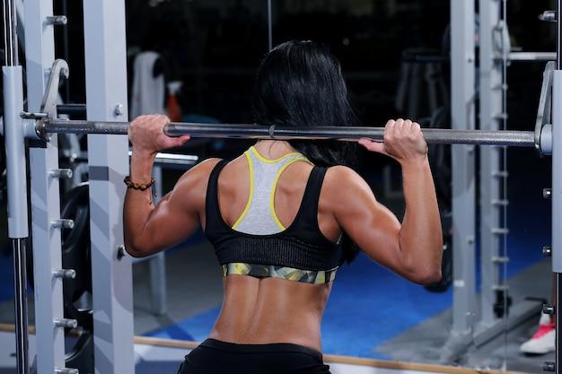 Мускулистая красивая женщина в тренажерном зале Бесплатные Фотографии