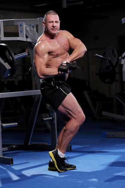 ジムでハンサムな筋肉男 無料写真