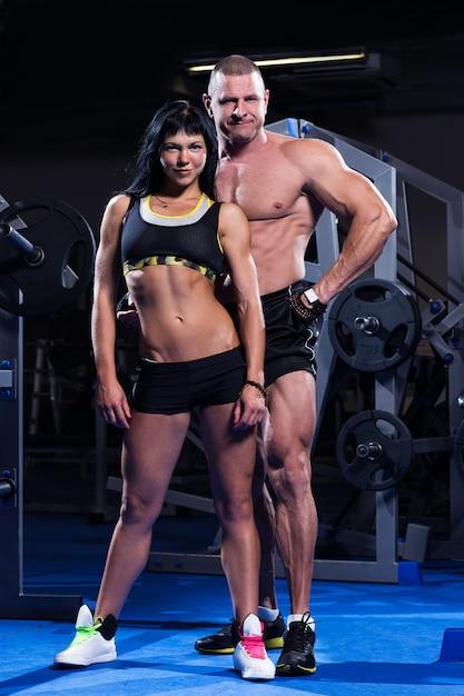 Пара работает в тренажерном зале Бесплатные Фотографии
