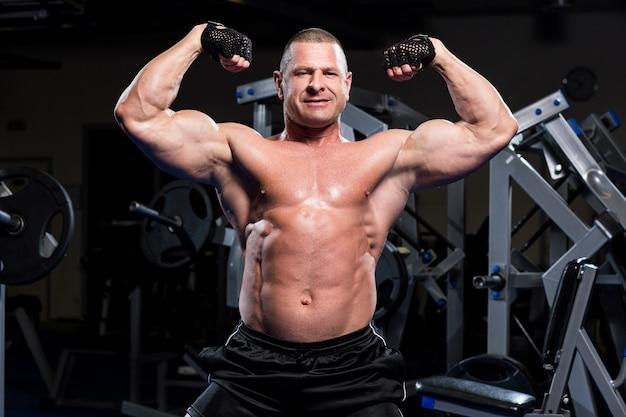 Мускулистый мужчина в тренажерном зале Бесплатные Фотографии