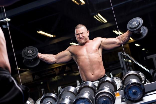 ジムで筋肉の男 無料写真