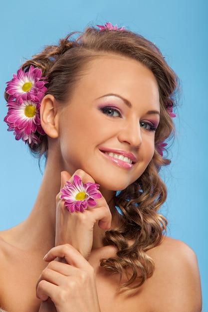 Красивая кавказская женщина с цветами в волосах Бесплатные Фотографии
