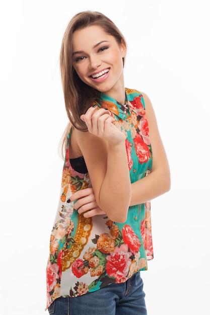 彼女の髪に花を持つ美しい女性 無料写真