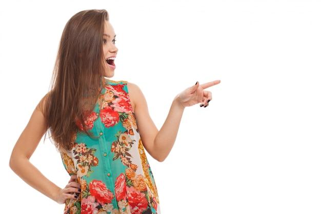 若い幸せな女は何かを示しています 無料写真
