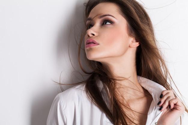白いシャツで美しい官能的な女性の肖像画 無料写真