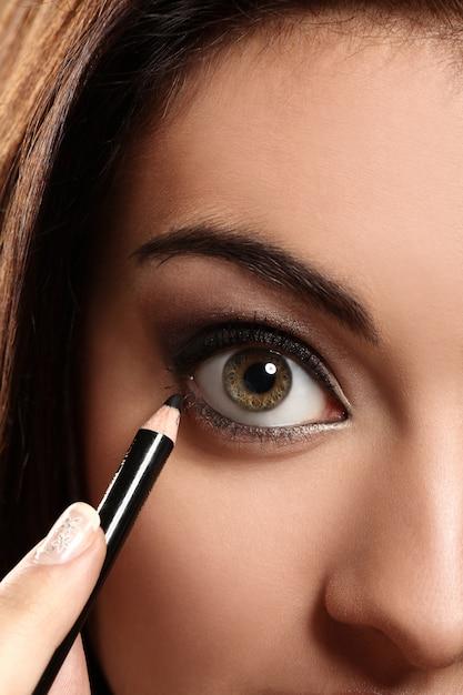 女性の目のクローズアップ画像 無料写真