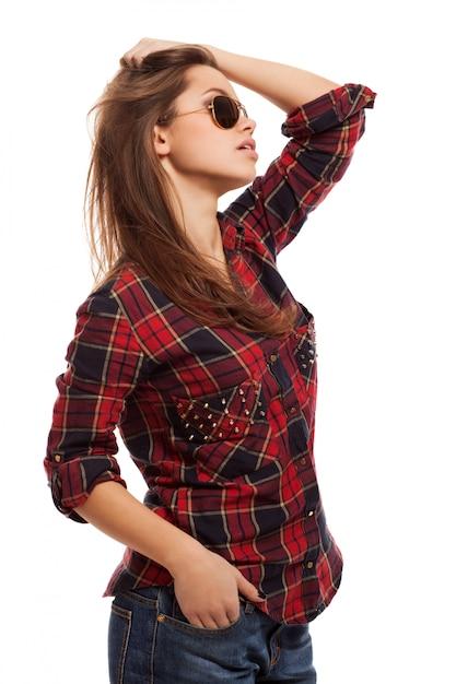 シャツとサングラスの若い魅力的な女性 無料写真