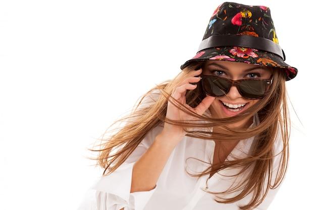 Молодая привлекательная женщина в рубашке и солнечных очках Бесплатные Фотографии