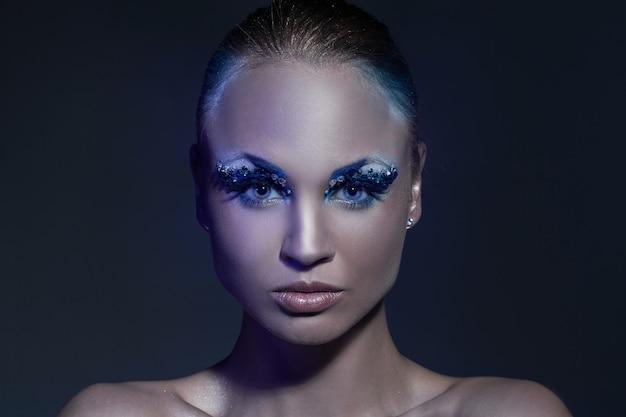 Красивая кавказская женщина с художническим составом Бесплатные Фотографии