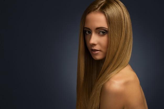 スタジオで写真撮影をしている裸の魅力的な女の子 無料写真