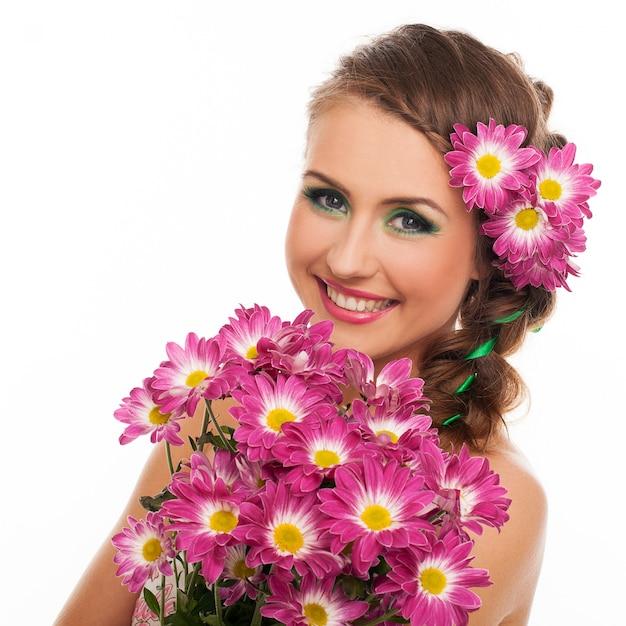 髪に花を持つ若い美しい女性 無料写真