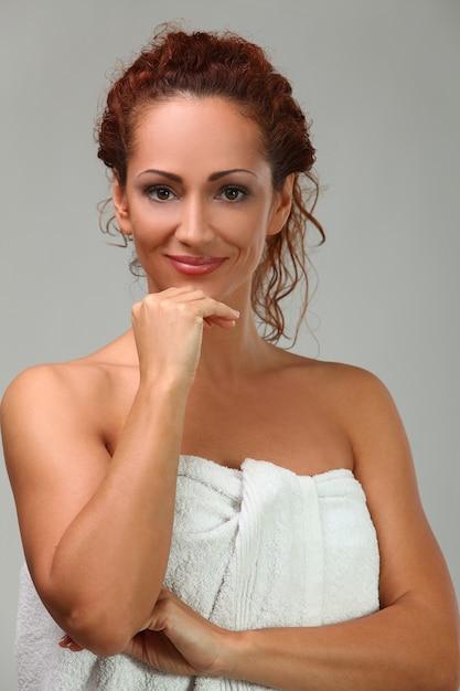 タオルで美しい中年女性 無料写真