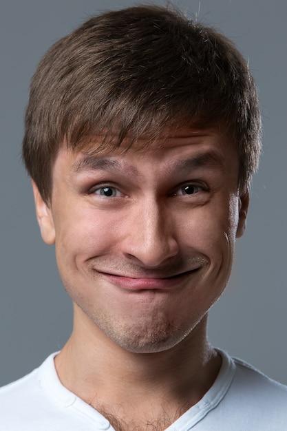 大きな頭の男は狂った顔の感情を作ります 無料写真