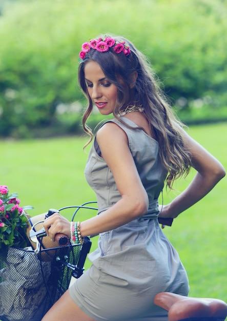 Красивая девушка с цветами на велосипеде Бесплатные Фотографии