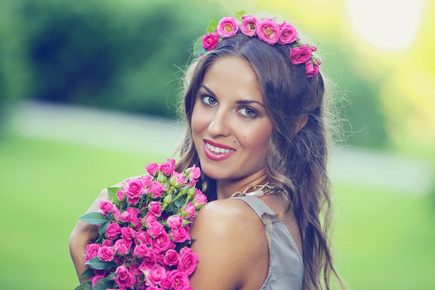 Красивая девушка с цветами Бесплатные Фотографии