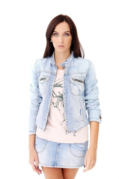 Красивая брюнетка в джинсовой одежде Бесплатные Фотографии