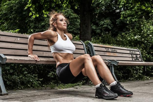 Фитнес девушка работает в парке Бесплатные Фотографии