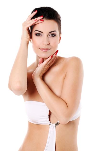 Молодая женщина с прической и вечерним макияжем Бесплатные Фотографии