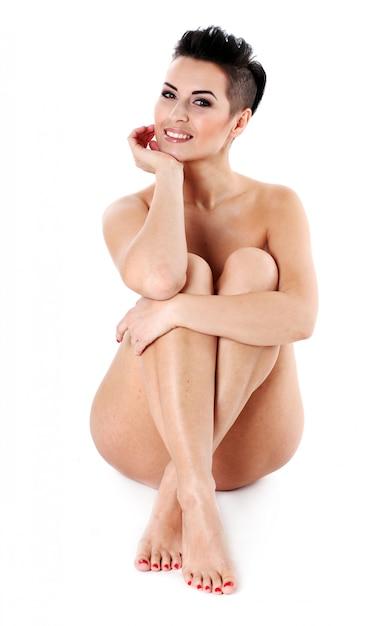 座っている若い裸の女性夜化粧 無料写真