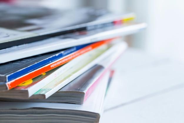 Куча красочных журналов на столе Бесплатные Фотографии